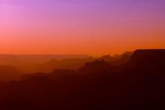 大峡谷全景红色和紫色颜色的在日落以后 皇族释放例证