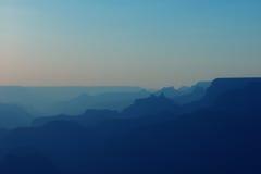大峡谷全景蓝色颜色的在日落以后 向量例证