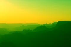 大峡谷全景黄色和绿色的在日落以后 向量例证