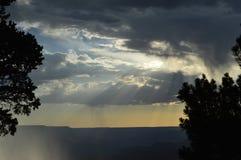 大峡谷南外缘雨云 免版税库存照片