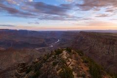 大峡谷和科罗拉多河日出的从沙漠视图在亚利桑那;美国 库存照片