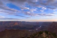 大峡谷和科罗拉多河日出的从沙漠视图在亚利桑那;美国 免版税库存照片
