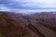 大峡谷和科罗拉多河日出的从沙漠视图在亚利桑那;美国 免版税库存图片