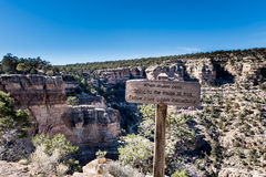 大峡谷外缘足迹标志 免版税库存图片