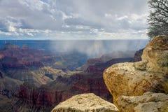 大峡谷的北部外缘有降雨和透镜火光的 免版税库存图片