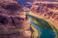 大峡谷的底部的美丽如画的科罗拉多河 峡谷马掌弯 库存照片