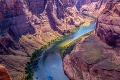 大峡谷的底部的迅速科罗拉多河 峡谷马掌弯 免版税库存图片