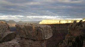 大峡谷的远的墙壁由太阳点燃了 库存照片