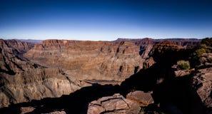 大峡谷西部外缘和科罗拉多河-亚利桑那,美国全景  免版税库存照片