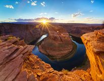 大峡谷马鞋子弯光亮的日落Sunstar 免版税库存图片