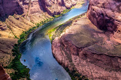 大峡谷,亚利桑那,美国底部的快速科罗拉多河  峡谷马掌弯 库存照片