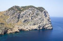 大峭壁关闭Cap De Formentor在马略卡,西班牙 免版税库存照片