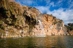 大峭壁和岩层在Texas湖 免版税库存照片