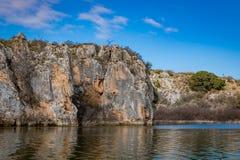 大峭壁和岩层在Texas湖 库存图片