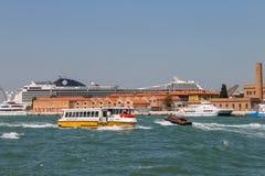 大巡航划线员在亚得里亚S运送和小游船 库存照片