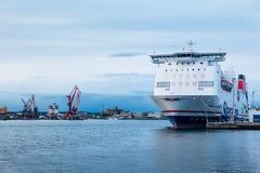 大巡航的小船停住在港口在哥特人 免版税图库摄影
