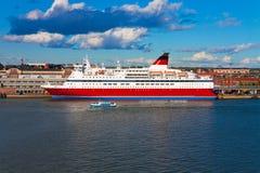 大巡航靠码头的赫尔辛基划线员端口 免版税库存图片