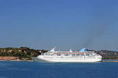 大巡洋舰船在口岸科孚岛海岛 免版税库存照片