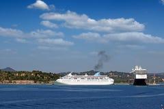 大巡洋舰船在口岸科孚岛海岛 库存图片