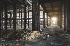 大工业大厅放弃了仓库,有一束的工厂垃圾 库存图片
