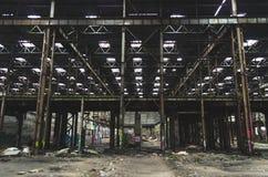 大工业大厅放弃了仓库,有一束的工厂垃圾 免版税库存图片