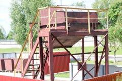 大工业棕色废弃物收集容器,在一套工厂设备的垃圾桶 库存图片