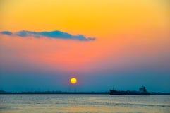大工业船在日落背景的海 免版税图库摄影