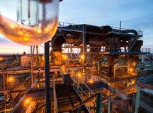大工厂管子和大厦  免版税库存图片