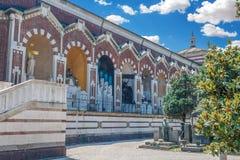 大巨大的公墓入口大厦的一张侧视图在米兰,伦巴第,意大利 明亮的夏日图片 图库摄影