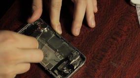 大师修理手机 智能手机的芯片和细节 股票录像