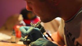 大师做纹身花刺 影视素材