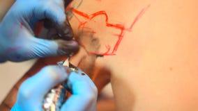 大师做纹身花刺 股票录像