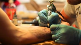 大师做纹身花刺 股票视频