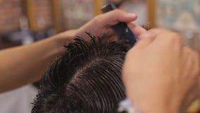 大师剪头发,并且人在理发店,美发师胡子做一个年轻人的发型 影视素材