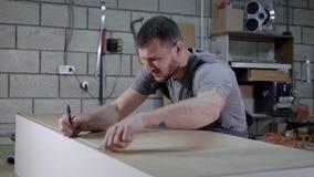 大师在一个木衣橱安装插座在聚集以后在家具工厂,特写镜头车间  影视素材