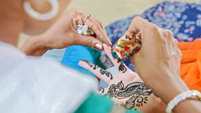 大师在印度得出与无刺指甲花的样式在手指 股票录像