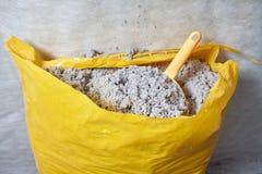 大师在地板的被堆积的纤维素绝缘材料 免版税库存照片