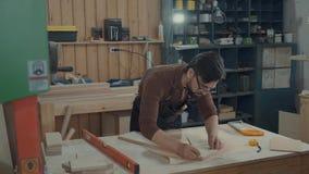 大师在木酒吧设计家具,做标注 股票视频