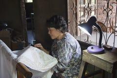 大师投入向蜡染布的供应 占碑省,苏门答腊,印度尼西亚, 2011年7月31日 免版税库存图片