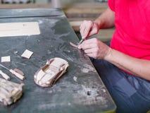 大师收集汽车的一个木模型 免版税库存图片