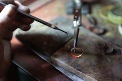 大师的工作,珠宝商 首饰维修车间 首饰制造业  免版税库存图片