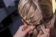大师美发师做hairdress 图库摄影