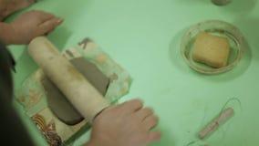 大师黏土为做纪念品做准备 在艺术车间工作过程,与黏土一起使用 影视素材