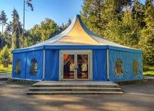 大帐篷在森林里 库存照片