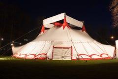 大帐篷马戏场帐篷在晚上 免版税库存照片