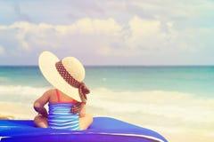 大帽子的小女孩在夏天海滩 免版税库存照片