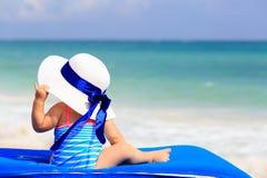 大帽子的小女孩在夏天海滩 库存照片