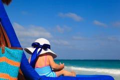 大帽子的小女孩在夏天海滩 免版税图库摄影