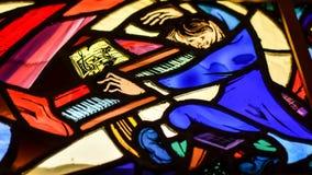 大平台钢琴的彩色玻璃钢琴演奏家 免版税库存图片