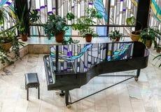 黑大平台钢琴在学校大厅里 免版税库存图片